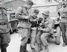 The American soldier Captain Arthur R. Trelease shows Soviet soldiers an M3 machinegun at Torgau on the Elbe, April 1945 (b/w photo)