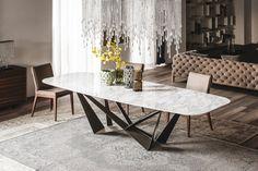 Il tavolo Skorpio, disegnato da Andrea Lucatello per Cattelan Italia, con piano in cristallo e base in acciaio verniciato intrecciato, è di grande impatto visivo.