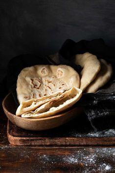 Εύκολη συνταγή για το πως να φτιάξετε σπιτικές πίτες για σουβλάκι, είτε ελληνικές είτε αραβικές. Με απλά υλικά, μπορούν ακόμα να γίνουν πίτα-τσιπς ή βάσεις για πίτσα. #πίτες #σουβλάκι #ελληνικές #αραβικές #συνταγή #γύρο #φαλάφελ #ψωμί #νηστίσιμα #σπιτικές Recipes With Yeast, Pita Recipes, Greek Recipes, Cooking Recipes, Healthy Recipes, Greek Pita Bread, Baked Pita Chips, Homemade Pita Chips, Tasty Bread Recipe