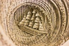 Book Paper Art Sculptures  Thomas Wightman est un designer graphique anglais qui crée des sculptures de papier à partir de livres. Avec la métaphore d'un bateau qui coule, d'un train qui déraille et de papillons qui rongent le coeur d'un livre, il veut représenter le désordre qu'il y a dans la vie d'une personne atteinte de troubles obsessionnels.