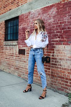 Outfit: Embroidered Blouse, Mom Jeans & Coffer Bag