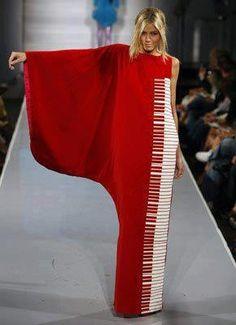 Robe rouge Piano. Cours de piano/tutoriel : www.mon-cours-de-piano.fr