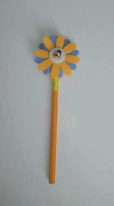 matita rivestita con nastro,fiore in pannolencio e ape in legno.Per info contattatemi via email rdlmcl@hotmail.it