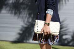 vestido-plisaddo-azul-mix-estampas-flores-listras-sandalia-nude-bolsa-branca-blazer-moletom-azul-marinho-3-drops-das-dez-laina-laine-felipe-...
