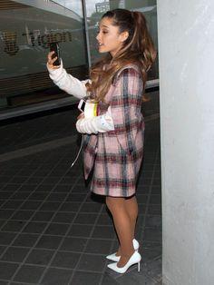 Singer Ariana Grande squeezes through fans as she prepares for MTV . Ariana Grande Legs, Ariana Grande Fotos, Frankie Grande, Bae, The Girlfriends, Dangerous Woman, Queen, In Pantyhose, Celebs