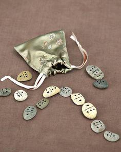 Domino-Spiel - Es gibt Heilsteine oder Steine mit Bedeutung. Oder Poesiesteine aus Aluminium von Räder. Vielleicht möchten Sie aber auch einfach nur am Fluss die schönsten Steine sammeln und diese in einer schönen Verpackung verschenken.