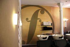 Dezente Wandgestaltung im Innenraum. CICD Umsetzung, Logo-Darstellungen.