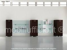 comp. TD017 #parete #attrezzata #archivio composta da tre contenitori ad una anta e due pannelli boiserie in vetro
