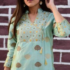 Stand out in this elegant gotta Patti work kurta set, turn heads ! Silk Kurti Designs, Churidar Designs, Kurta Designs Women, Neck Designs For Suits, Dress Neck Designs, Blouse Designs, Kurta Patterns, Kurti Neck Pattern, Neck Patterns For Kurtis