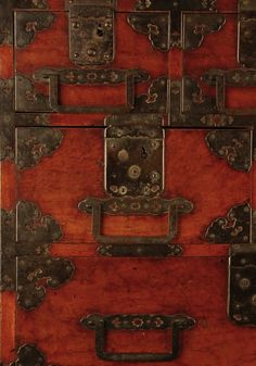 The hardware was traditionally created from forged iron with a black finish created by applying rapeseed oil to the hot metal, and sometimes from copper allowed to age naturally. Japanese Carpentry, Japanese Joinery, Chest Furniture, Unique Furniture, Japanese House, Japanese Art, Japanese Furniture, Rapeseed Oil, Antique Cabinets