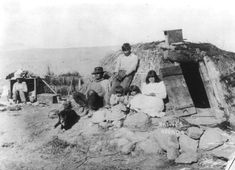 Paiute family and wikiup in 1906