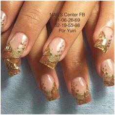 Uñas de acrílico de color oro en diferentes tonos y grecas decoradas con Foil.