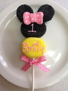 Minnie Mouse marshmallow pop via Etsy Marshmallow Flowers, Marshmallow Treats, Minnie Mouse 1st Birthday, Minnie Mouse Theme, Mickey Mouse, Decorated Marshmallows, No Bake Cake Pops, Minnie Mouse Cookies, Mickey Party