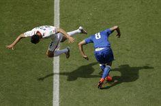 Le foto più belle dei Mondiali: Oscar Duarte e Claudio Marchisio durante Italia-Costa Rica - Il Post