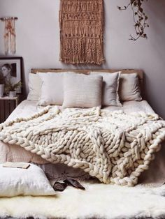 Poppytalk: Giant knitted blanket, wall hanging, textured bedding. Via Nocturnal Knits.