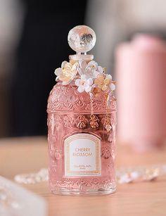 Perfume Scents, Perfume Bottles, Parfum Blue, Parfum Chic, Parfum Guerlain, Perfumes Vintage, Beautiful Perfume, Perfume Collection, Bottle Design