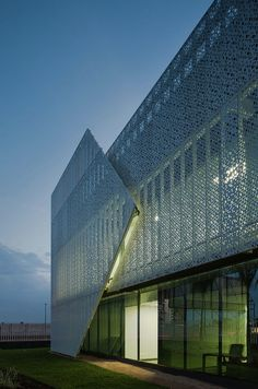 Image 10 of 19 from gallery of Panama Diamond Exchange / Mallol & Mallol Arquitectos. Photograph by Fernando Alda Office Building Architecture, Parametric Architecture, Building Exterior, Building Facade, Concept Architecture, Facade Architecture, Amazing Architecture, Building Design, Facade Lighting