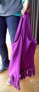 Tas maken door een hemdje van onder te knippen en te knopen.