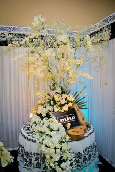 Boda tipica panameña Centerpieces, Table Decorations, Ideas Para Fiestas, Traditional Dresses, Sweet 16, Panama, Embroidery Designs, Special Occasion, Beautiful Pictures