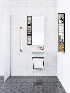 Banheiro com piso escuro