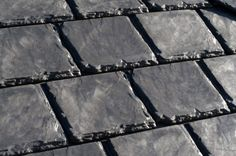 Tejados de neumáticos  Aunque su aspecto es el de la pizarra, estas tejas están realizadas con un 75% de neumáticos usados.