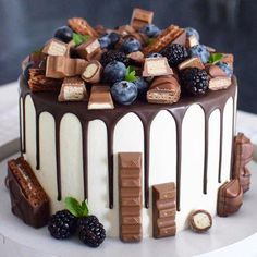74 Delicious Desserts for American Nations. american desserts for christmas; american desserts for thanksgiving; american desserts for a crowd Food Cakes, Cupcake Cakes, Bolo Grande, Bolos Naked Cake, Cake Recipes, Dessert Recipes, Cake Decorating Techniques, Decorating Ideas, Drip Cakes
