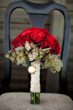 Rosie Red! Having one vibrant color paired with a less dramatic flair creates a stunning bouquet #florals #bouquet #flowers #roses