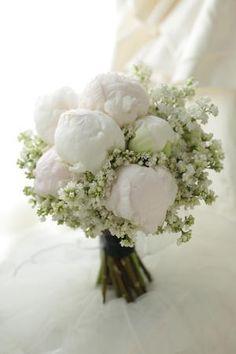 クラッチブーケ 芍薬とライラック Q.E.D.CLUB 様へ : 一会 ウエディングの花  ||  Wedding Bouquet Showcasing White Peony Buds & White Lilac Buds Hand Tied In A Rustic Style ~~