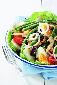Salad recipe: Salade Niçoise hails from Nice in the South of France. Traditionally featuring tuna, olives, capers and tomatoes, the recipe can be adapted to suit your tastes. This dish is perfect for summer! Healthy Menu, Healthy Salads, Healthy Eating, Tuna Recipes, Salad Recipes, Viking Food, Moroccan Salad, Nicoise Salad, Superfood Salad