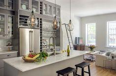 Comptoir de granit intégré dans une jolie cuisine contemporaine