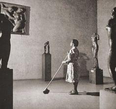 Foto de Fritz Henle, Mujer limpiadora del MOMA, año 1950.