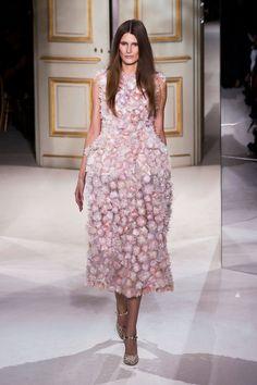 A aplicação de flores também vem se repetindo nas passarelas e tende a ser o bordado da vez. Esse vestido tem um trabalho precioso.    Giambatista Valli | Paris | Verão 2013 HC