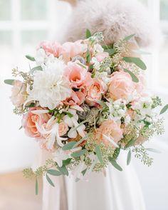 Frühling, komm zurück! Schau mal, so schön können die Farben aussehen. Aber dieses kalt nasse Grau braucht jetzt wirklich keiner! #brautstrauss von Still(l)eben #hochzeit #wedding #boutique #braut2016 #flower