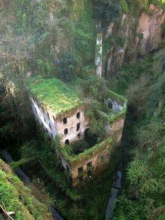 Заброшенная мельница 1866 года в Сорренто, Италия.