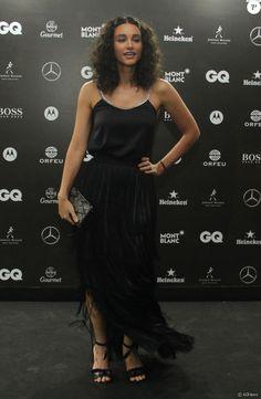 Débora Nascimento usa look com franjas no prêmio 'GQ Men of the Year', no Copacabana Palace, em 1º de dezembro de 2016