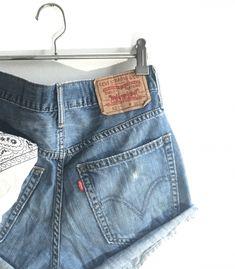 Short Levi's 527 W30  #brandleyvintage #vintageclothing #clothes #tshirt #jeans #levis #shoponline  #outfit #fashion #vintage #conmuchorollo Fashion Vintage, Vintage Outfits, Levis 527, Levi Shorts, Denim, Jeans, T Shirt, Clothes, Women