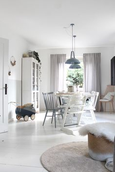 Unser Wohn- und Esszimmer. Klein, hell, schlicht und aufgeregt...aber schön.  #brittabloggt#livingroom#pastell#scandinavian Nordic Home, Scandi Style, Inspiration Boards, Shag Rug, Dining Room, Cottage, Cozy, Flooring, Warm