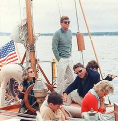 August 1962 - JFK, Peter, Pat, Paul 'Red' Fay & others sailing aboard the US Coast Guard yacht Manitou off the coast of John's Island (orginals + close-ups) John Kennedy, Les Kennedy, Patricia Kennedy, Caroline Kennedy, Celebridades Fashion, Divas, John Junior, Jfk Jr, John Fitzgerald