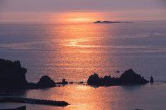 名勝橋杭岩へ上がる朝日。「日本の朝日百選」にも選ばれました。串本の東側の海岸から対岸の紀伊大島に向かって大小40あまりの奇岩が順番に並んでいます。