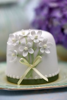 Blossom Cake / http://www.prettywittycakes.co.uk/cupcake-decorating-courses-classes/mini-cakes-class/