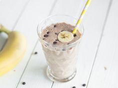 Smoothie mit Banane, Kakao und Erdnussbutter