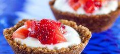 Tortinhas de granola com iogurte grego e morangos
