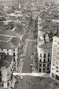 Málaga. Vista aérea de la Calle Marqués de Larios Años 60´s Places Ive Been, Costa, City Photo, Times Square, Photo Wall, Louvre, Spain, Building, Travel