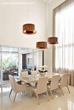O jantar é moderno, com mesa e cadeiras em laca e pendentes circulares. Projeto de Renata Pedreschi Bernardes. http://www.comore.com.br/?p=27018 #book #livro #interarq #revistainterarq #arquitetura #architecture #archdaily #contemporary #decor #design #home #homestyle #instadecor #instahome #homedecor #interiordesign #lifestyle #modern #interiordesigns #luxuryhome #homedesign #decoracao #interiors #interior #renatapedreschibernardes