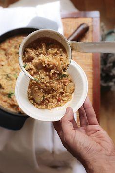 Esta semana viajamos a Portugal para aprender a preparar una receta de arroz de tamboril con chipirones. Y el mejor lugar para aprender a cocinarlo y para comerlo, según muchos portugueses, es cualquier ciudad costera de nuestro país vecino. Si estáis cerca de Lisboa, no dejéis de pasar por Setúbal, famosa ciudad costera en cuyas orillas marítimas repletas de restaurantes, se puede degustar este arroz, o una buena caldeirada, otra deliciosa especialidad de la cocina lusa. El ingrediente más ...