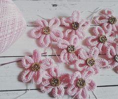 Fiori in tricotin con bottoni in legno per bomboniere