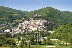 La città di #Cascia, in #Umbria, vista dalla strada che porta a Colforcella: in alto, il complesso di Sant'Agostino cui seguono il monastero e la Basilica di Santa Rita. Il centro storico è ancora abitato quasi come un tempo. http://www.lavalnerina.it/comuni/21/Cascia.html