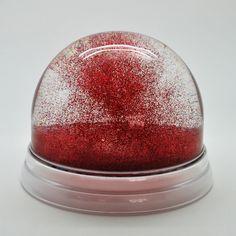 Un objet sublime pour rêver et se souvenir, la boule à neige géante de Maison Martin Margiela est sur http://www.utileetfutile.fr/maison-martin-margiela/2017-boule-a-neige-geante-rouge.html