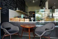 SAM, Warsaw SAM to nowe miejsce na warszawskim Powiślu. Niedawno otwarty lokal przyciąga zarówno wyjątkowym wnętrzem w stylu lat 60. jak i pysznym jedzeniem.