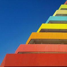 Colourful Minimalist Architecture_12 Yener Torun est un architecte de 32 ans basé à Istanbul dont le paysage architectural est largement constitué par des bâtiments incroyablement lumineux et dominé par des motifs géométriques. Yener documente quotidiennement ces lieux magnifiques qu'il met en scène avec des personnages subtilement incrustés dans le décor.